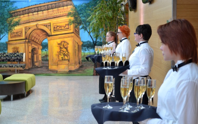Dinner guests were greeted by hospitality administration students with a flute of champagne.